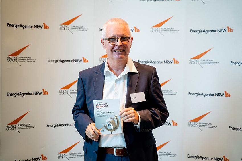 Auszeichnung GAIA Firmengebäude mit einer Solarpreis-Plakette